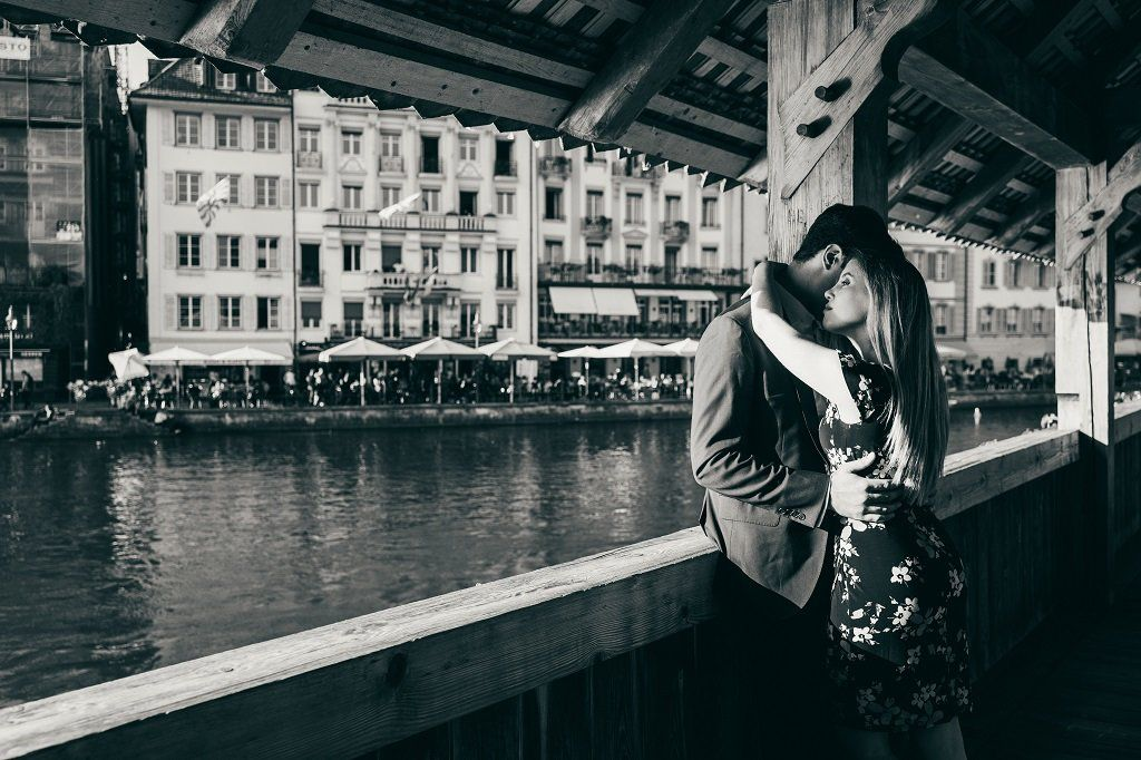 Photographer Capturing Couple Photos i Lucerne Switzerland